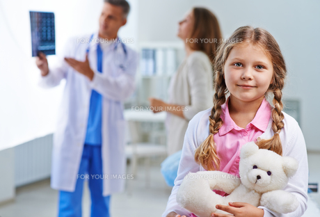 Little girl in hospital FYI00645402