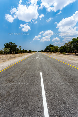 Endless road with blue sky FYI00650172