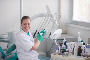portrait of a dentist FYI00652116