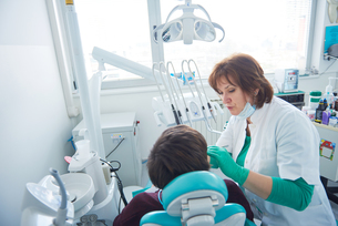 woman patient at the dentist FYI00652121