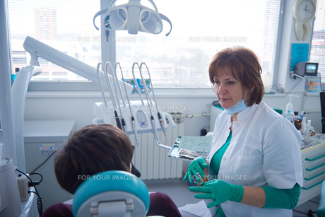 woman patient at the dentist FYI00653054