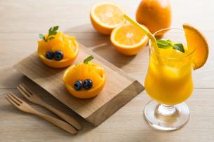 オレンジジュースとオレンジカップ FYI00656107
