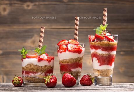 Fresh strawberry yogurt FYI00657375