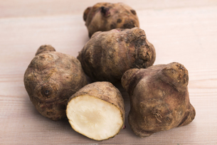 jerusalem artichoke on a wooden table FYI00660965