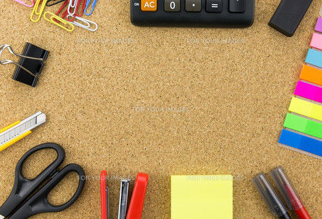 wallpaper stationary on cork board FYI00661449
