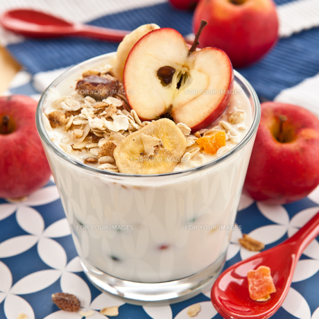 muesli with yoghurt and apple FYI00669094