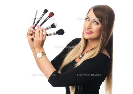 beautician with different brush sticks FYI00696941