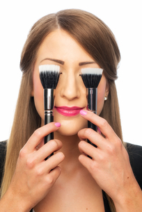 woman with make-up brushes FYI00696950
