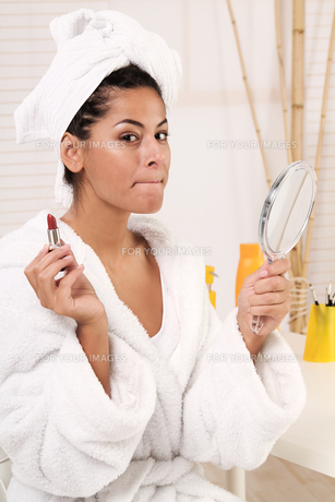 woman makeup her lips FYI00704243