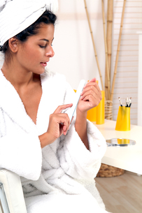 woman polishes the nails FYI00705410