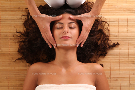 woman relaxing with a head massage FYI00705432