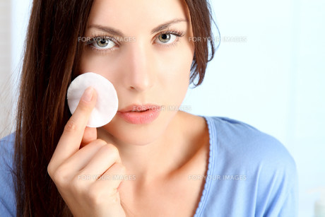 young woman cleans her face FYI00720737