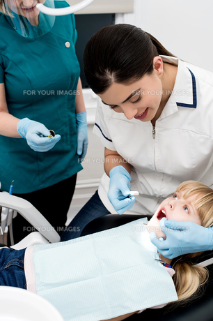 Little girl examined by dentist FYI00748999