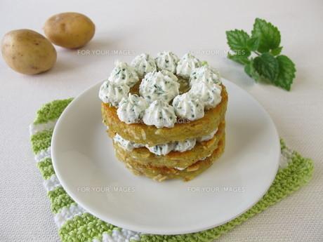 potato tart with herb cream cheese FYI00751392