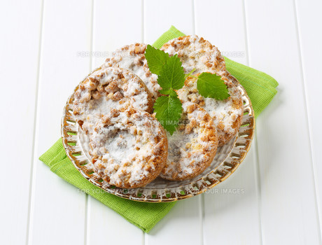 Small apple crumble cakes FYI00756318