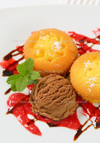 Custard filled muffins  with ice cream FYI00756798