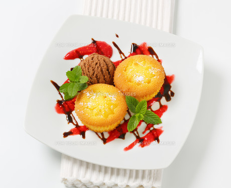 Custard filled muffins  with ice cream FYI00756806