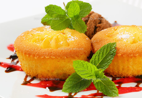 Custard filled muffins  with ice cream FYI00756818