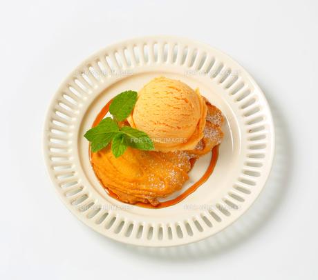 Spritz cookie with ice cream FYI00757861