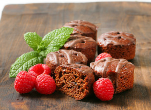 Mini chocolate cakes on wooden background FYI00757912