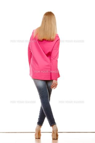 woman in denim pants high pink shirt back view fyi00769076 気軽