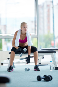 young woman exercise with dumbells FYI00775348