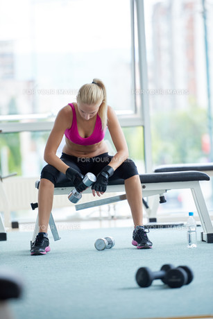 young woman exercise with dumbells FYI00775730