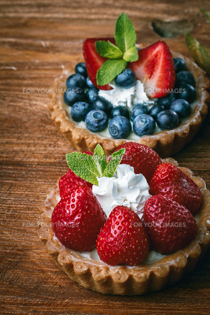 Desserts on wooden table FYI00791214