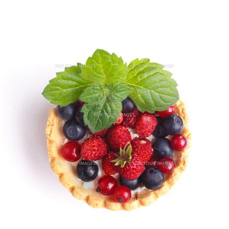 Dessert with wild berries FYI00791339