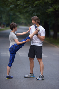 jogging couple stretching FYI00793550