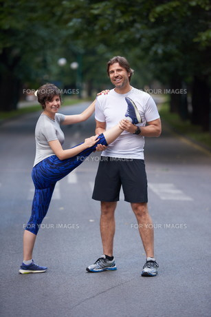 jogging couple stretching FYI00793581