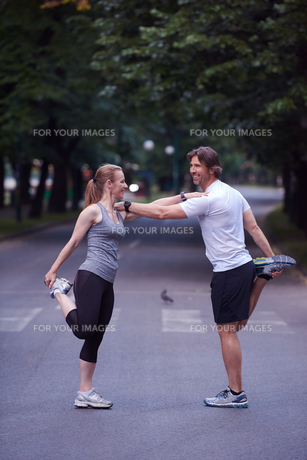 jogging couple stretching FYI00793606