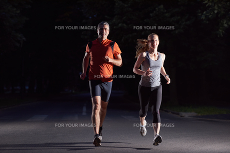 couple jogging at early morning FYI00793699