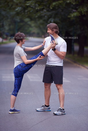 jogging couple stretching FYI00794034