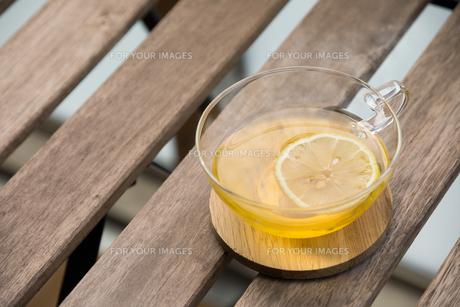 バルコニーでレモンティー FYI00795507