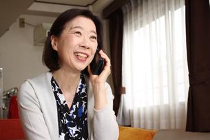 電話に出るときは声のトーンが上がるおばさん FYI00795568