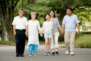 手をつないで歩く家族 FYI00795591