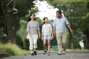 散歩する親子 FYI00795603