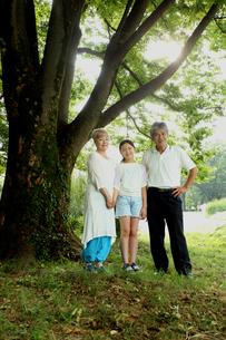 おじいちゃんとおばあちゃんと孫 FYI00795614