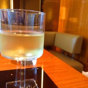 雨の銀座でワインを嗜む。 FYI00795700