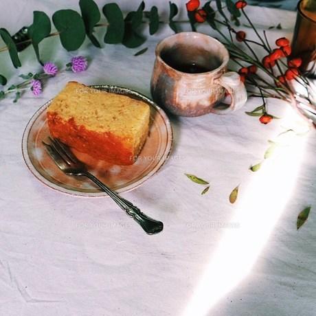 りんごのケーキと萩焼のカップに入れたコー FYI00795771