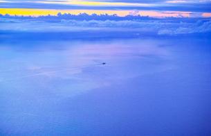 飛行機から見た海上を進む貨物船(空撮) FYI00796354