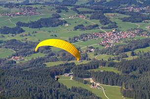 paragliders in chiemgau,bayern FYI00819100