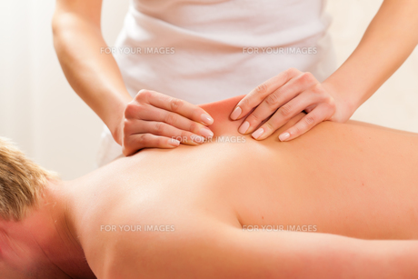 patient at the physiotherapy - massage FYI00819256