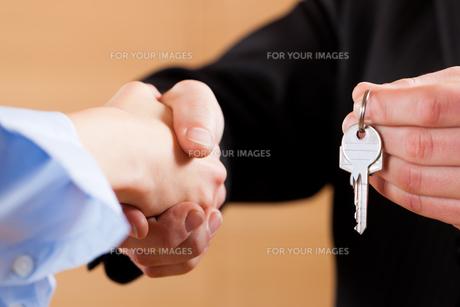 handshake in business with keys FYI00825624