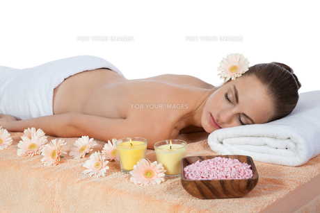 young attraktve woman gets a hot stone massage FYI00880825