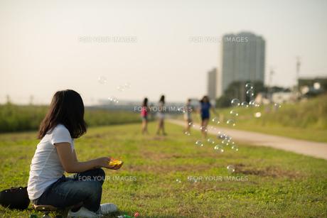 公園でシャボン玉 FYI00885634