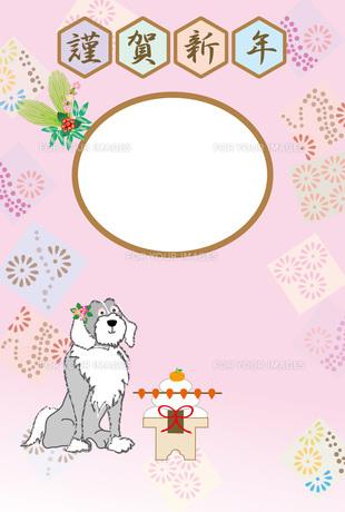 お洒落な花飾りの犬と鏡餅のピンクの和風写真フレームの年賀状テンプレート FYI00888177