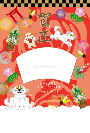 ポップな白い犬と鳥居のお正月写真フレームの年賀状テンプレート FYI00888188