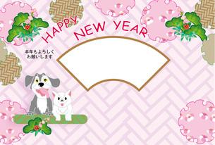 犬とねこの可愛いピンクの写真フレームの年賀状テンプレート FYI00888228